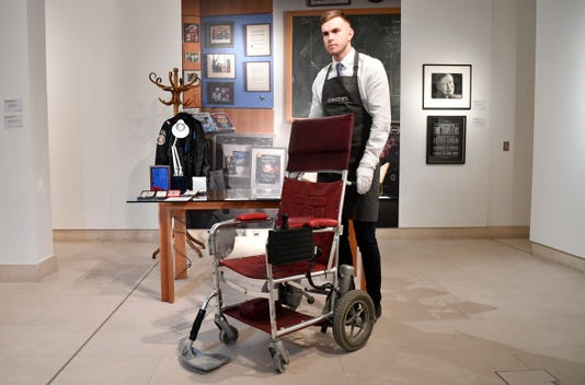Epa Epaselect Britain Hawking Auction Hum People Bri