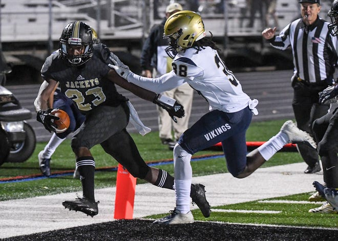 TL Hanna senior Isaiah Norris (23) scores a touchdown near Spartanburg's Jeremiah Means (38) during the second quarter at TL Hanna High School in Anderson on Friday, November 9, 2018.