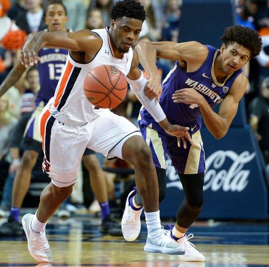 Auburn forward Malik Dunbar (4) and Washington guard Matisse Thybulle (4) scramble for a lose ball at Auburn Arena on Nov. 9, 2018.