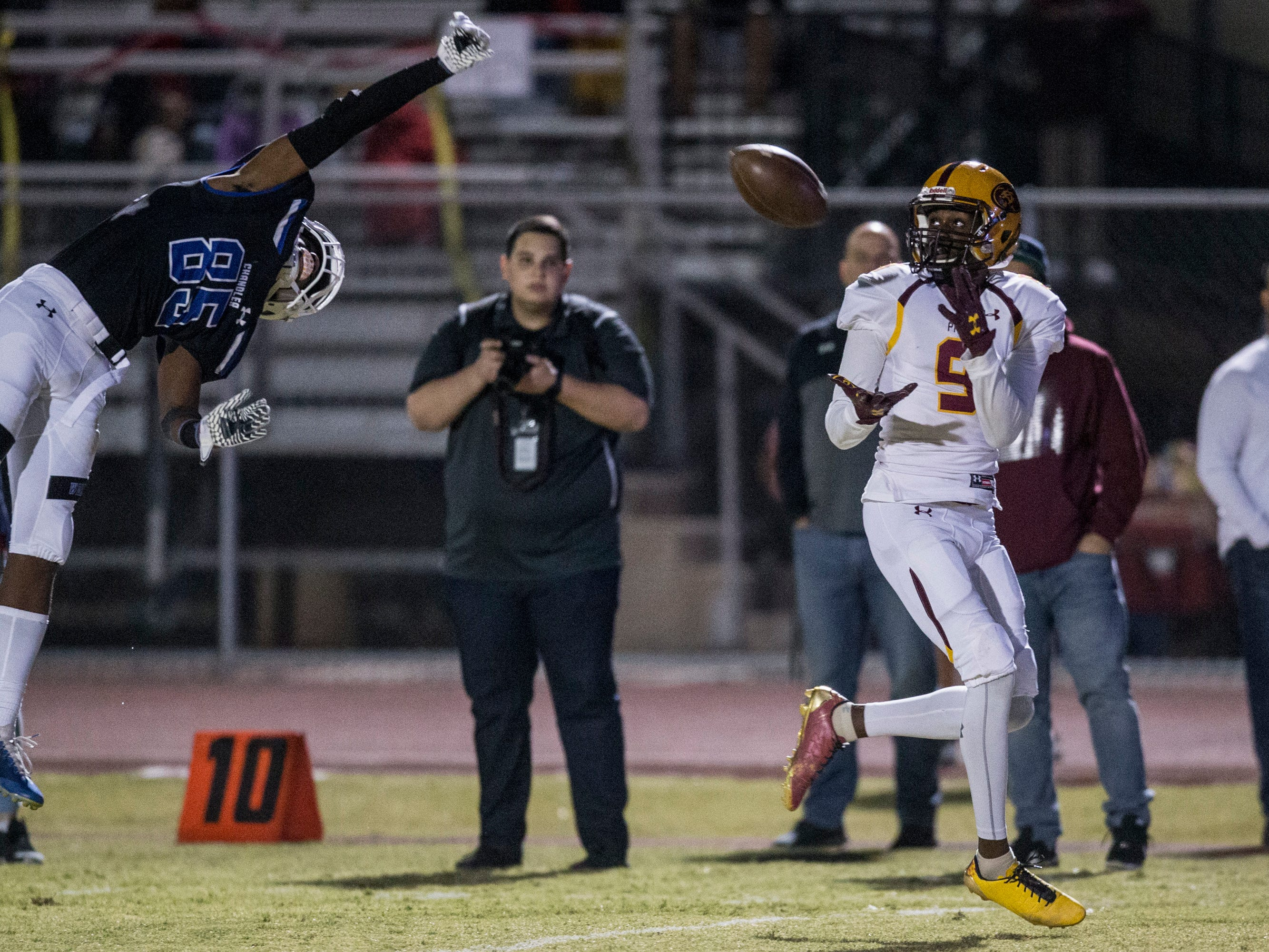 Mountain Pointe's Dominique Davis catches a touchdown against Chandler in the first half on Friday, Nov. 9, 2018, at Chandler High School in Chandler, Ariz.