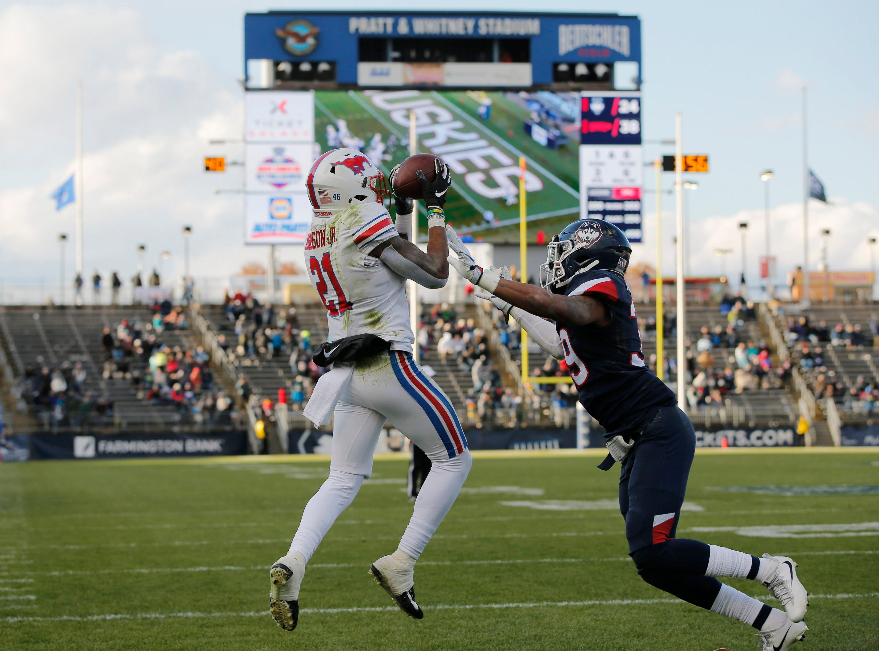 Southern Methodist Mustangs wide receiver Reggie Roberson Jr. (21) makes the touchdown catch against Connecticut Huskies defensive back Ryan Carroll (39) in the second half at Pratt & Whitney Stadium at Rentschler Field.