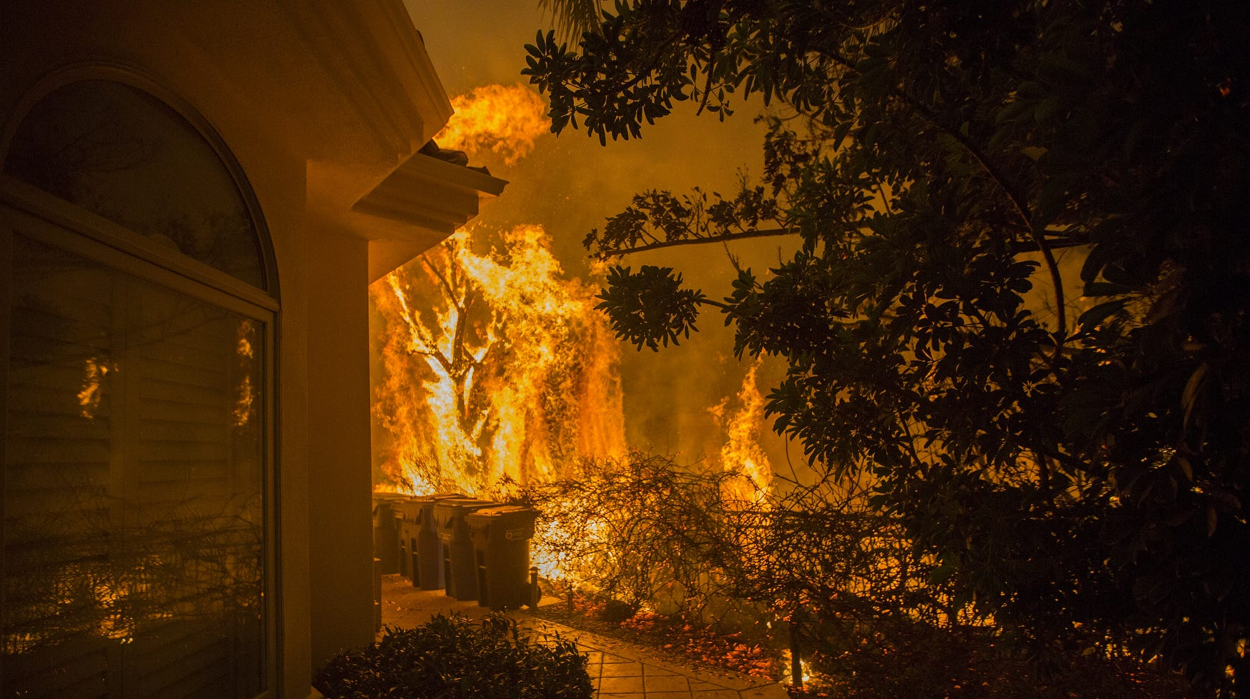 California forest fires roar, driving 250,000 people out of their homes in LA