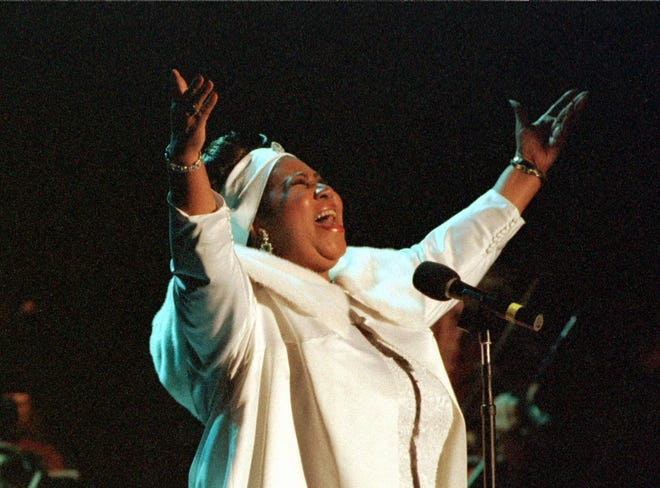 Singer Aretha Franklin performs an song in tribute to singer Luciano Pavarotti  at the 1998 MusiCares benefit dinner in New York February 23. Pavarotti was honored as the 1998 MusiCares Person of the Year for his humanitarian and philanthropic efforts. The dinner benefited the MusiCares Foundation which aids needy musicians with  health and human services. The 40th Annual Grammy Awards will be presented at Radio City Music Hall in New York February 25, 1998.