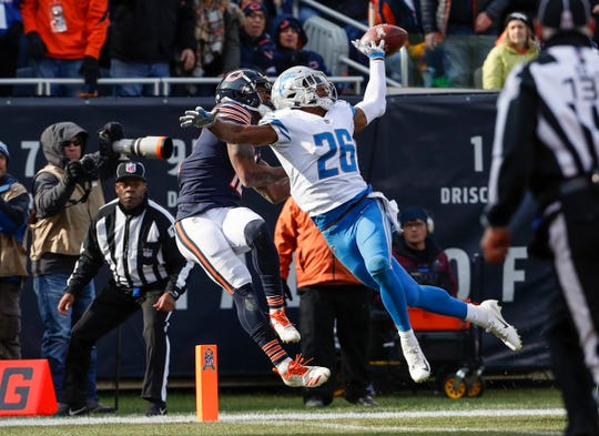 Allen Robinson catches a touchdown pass against Lions defensive back DeShawn Shead during the first half Sunday.