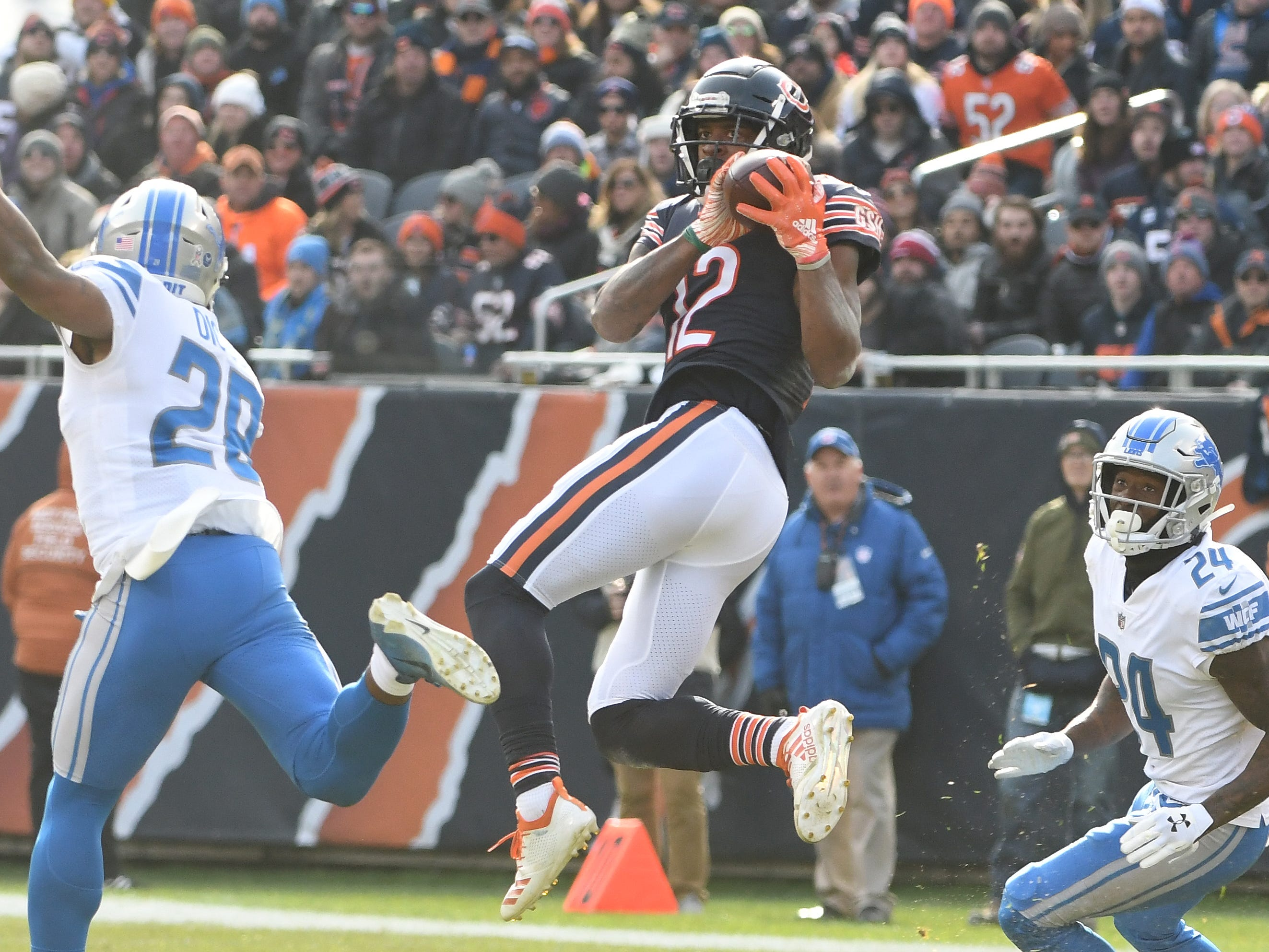 Bears' Allen Robinson II pulls in a reception in the fist quarter.