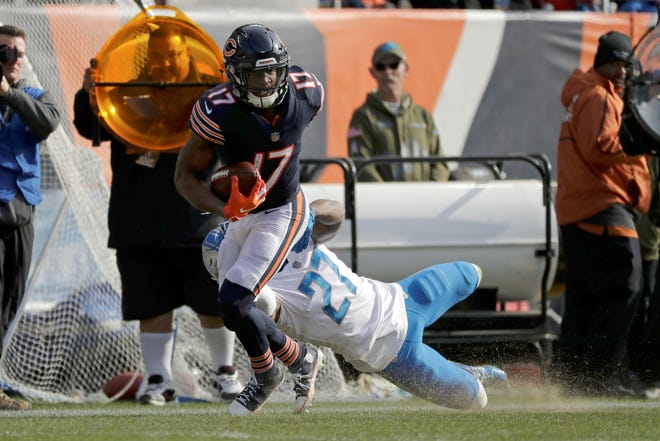 Bears wide receiver Anthony Miller (17) breaks away from Lions safety Glover Quin (27) for a touchdown during the first half Sunday.