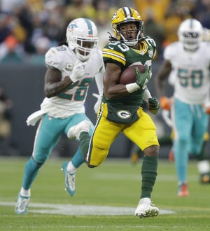 Green Bay Packers running back Aaron Jones (33) breaks away for a 67-yard run against Miami in the first quarter Sunday, November 11, 2018, Lambeau Field in Green Bay, Wis.  Dan Powers/USA TODAY NETWORK-Wisconsin