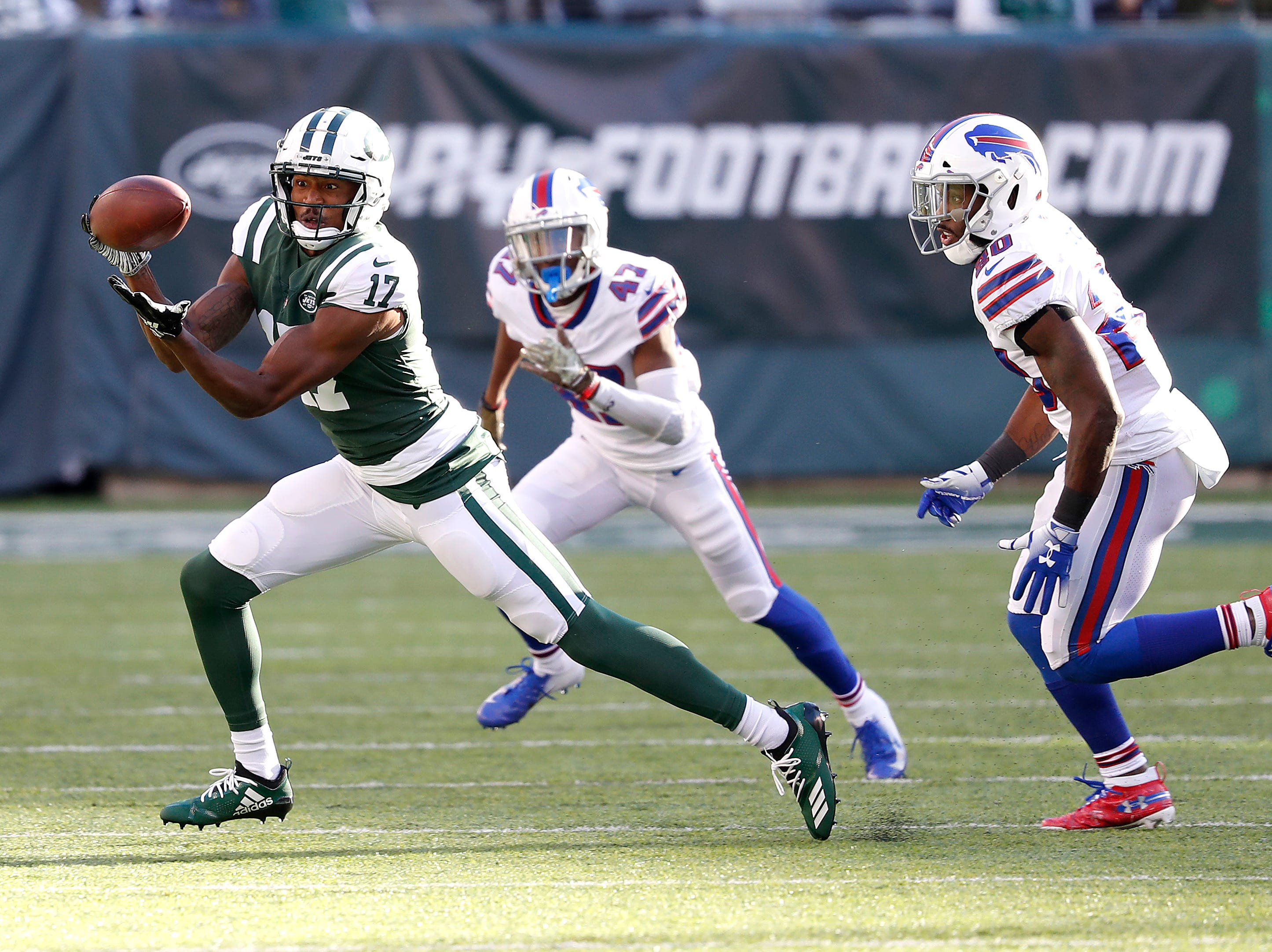 EAST RUTHERFORD, NEW JERSEY - NOVEMBER 11: Charone Peake #17 of the New York Jets attempts to catch the pass during the second quarter against Jason Croom #80 of the Buffalo Bills at MetLife Stadium on November 11, 2018 in East Rutherford, New Jersey. (Photo by Michael Owens/Getty Images)