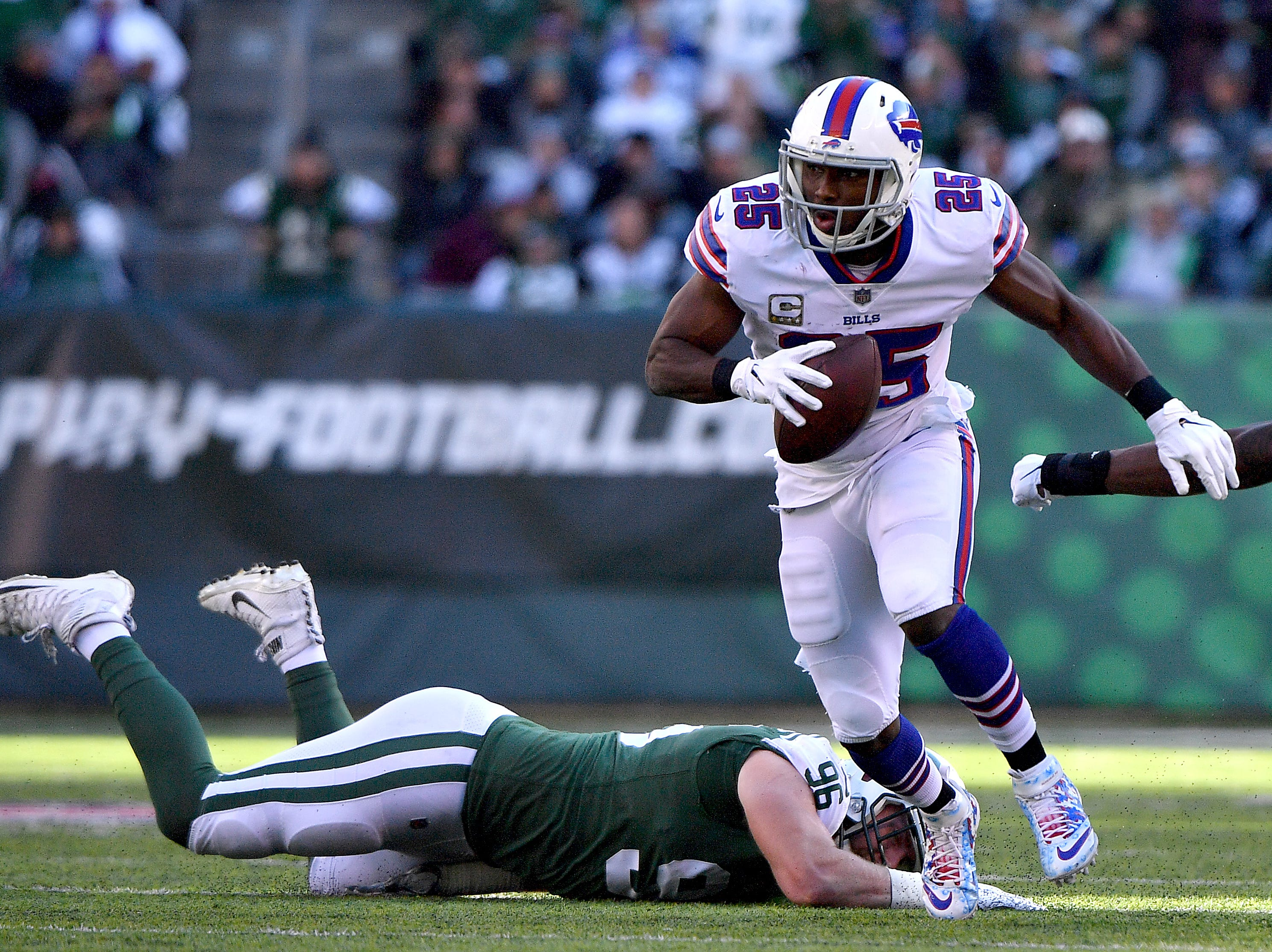 EAST RUTHERFORD, NEW JERSEY - NOVEMBER 11: LeSean McCoy #25 of the Buffalo Bills runs the ball past Henry Anderson #96 of the New York Jets during the second quarter at MetLife Stadium on November 11, 2018 in East Rutherford, New Jersey. (Photo by Mark Brown/Getty Images)