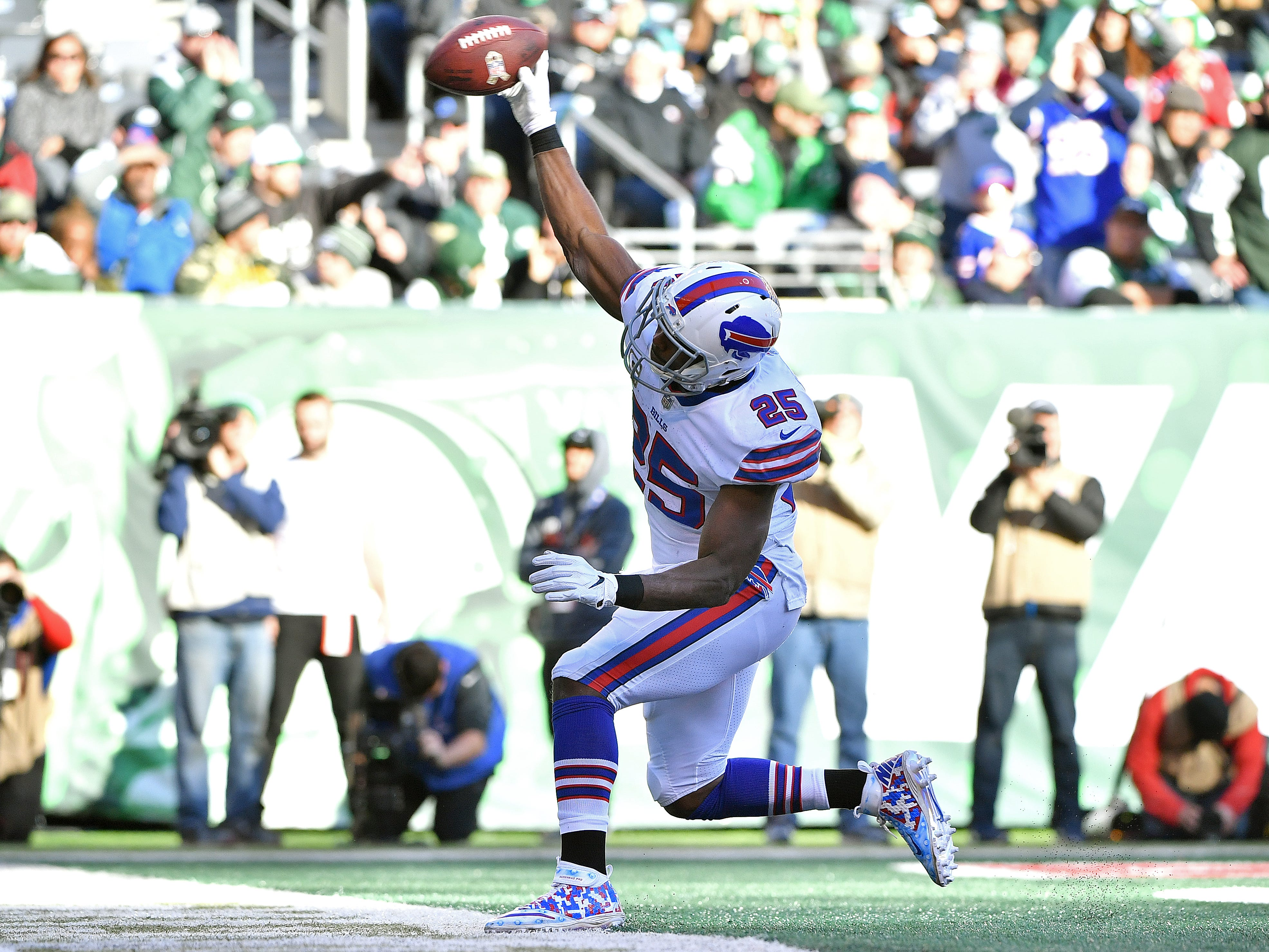 EAST RUTHERFORD, NEW JERSEY - NOVEMBER 11: LeSean McCoy #25 of the Buffalo Bills celebrates his second quarter touchdown against the New York Jets at MetLife Stadium on November 11, 2018 in East Rutherford, New Jersey. (Photo by Mark Brown/Getty Images)