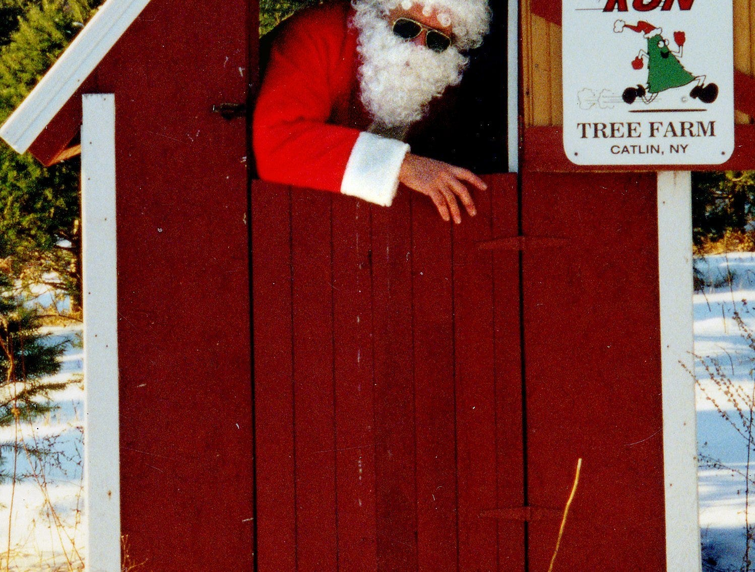14.12.2001, 2C:    Santa makes an occasional visit to his workshop to the delight of busloads of schoolchildren atop the hill at Spruce Run Tree Farm.