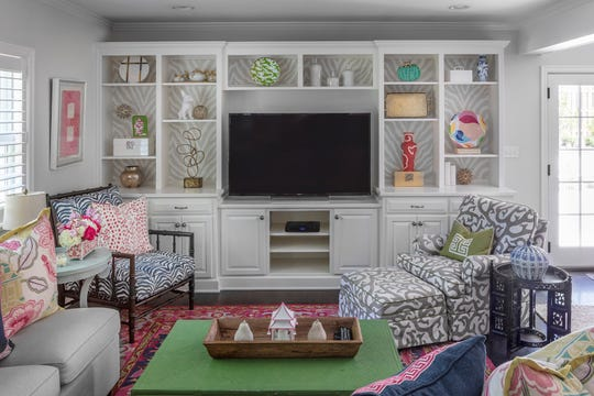 This welcoming hang-out spot shows off some of the things Leslie loves most: chinoiserie, wallpaper, the color pink and bold patterns. (Bob Greenspan)