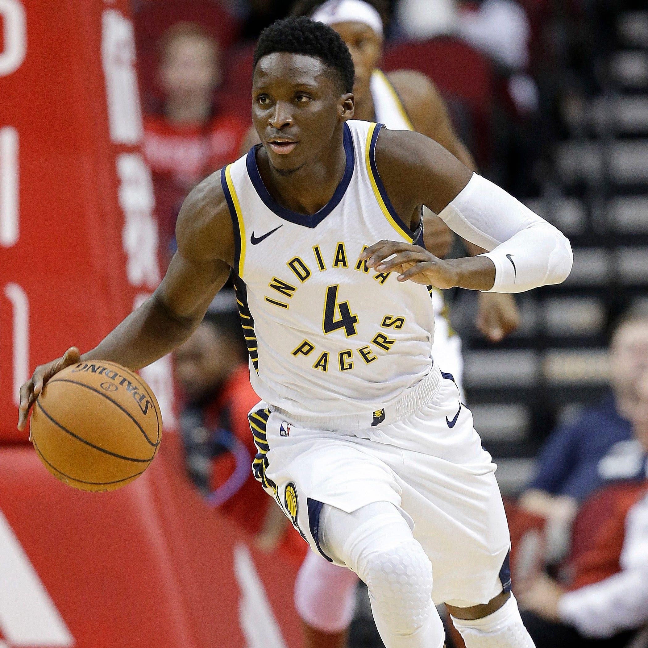 Victor Oladipo leaves Pacers game after aggravating right knee