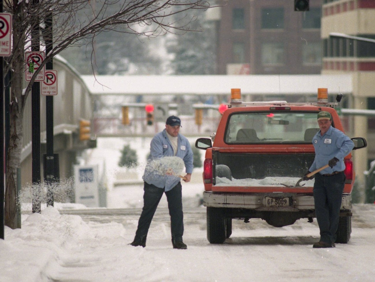 Knoxville City Public Service Department employees Greg Long and Wayne Miley said that they spread six pickup loads of salt from midnight until 10:00 a.m. by hand in January 2000. In addition to spreading salt, the two also helped several stranded motorists during the storm.