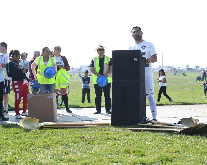 Alex Reynoso, vicepresidente de la Autoridad Regional de Fútbol de Salinas, se dirige al público que asistió a la ceremonia de inicio de obras, durante un descanso de su juego en los campos de fútbol del Boulevard Constitution.