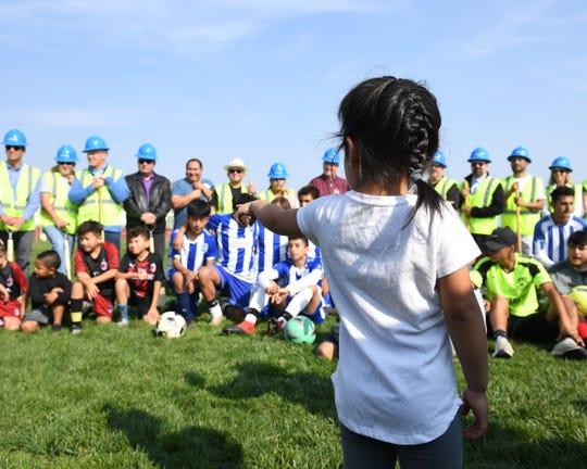 Una niña observa la ceremonia de inicio de obras del Complejo Regional de Fútbol de Salinas.