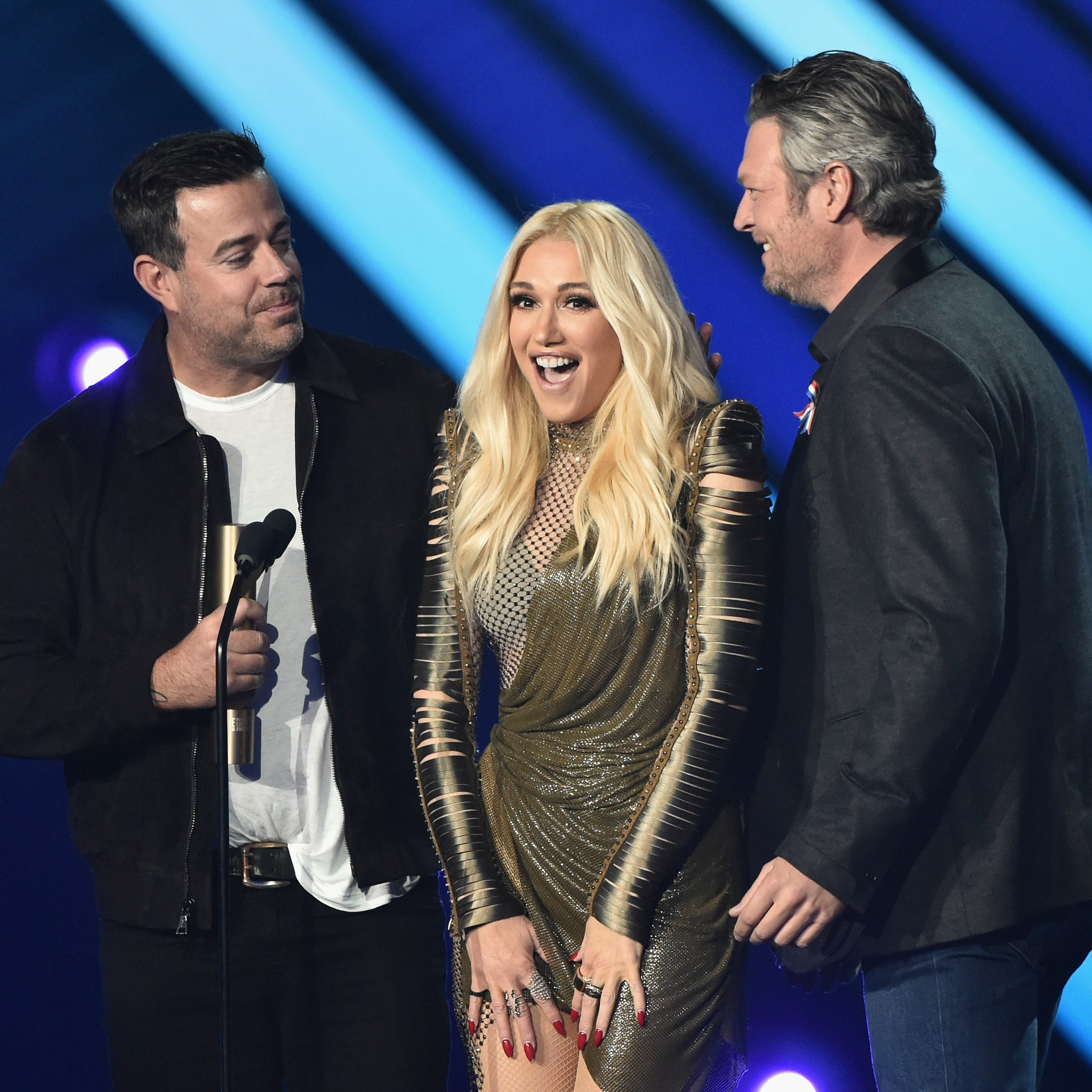 2018 E! PEOPLE'S CHOICE AWARDS -- Pictured: (l-r) Carson Daly, Gwen Stefani and Blake Shelton on stage during the 2018 E! People's Choice Awards held at the Barker Hangar on November 11, 2018 -- (Photo by: Alberto Rodriguez/E! Entertainment)