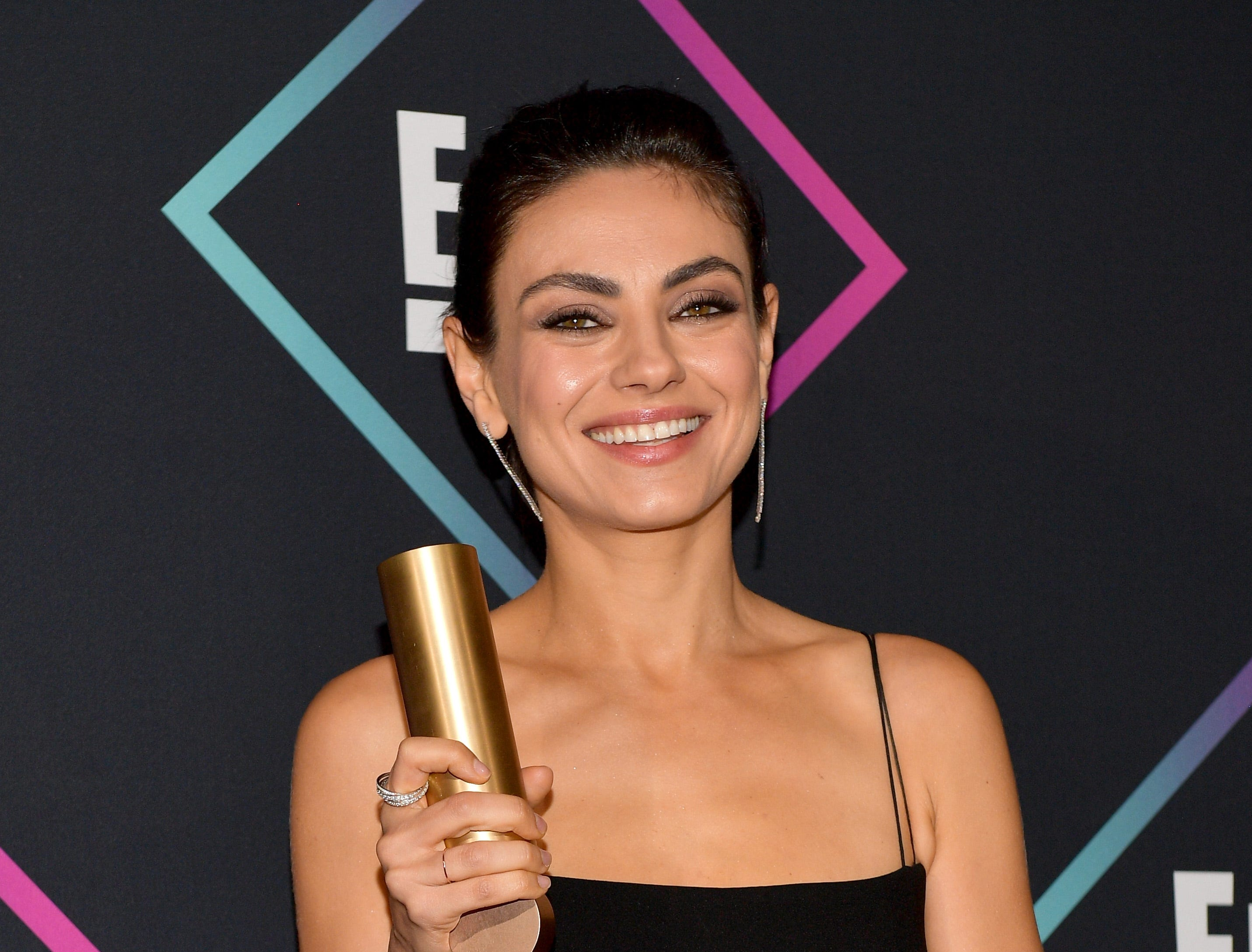 SANTA MONICA, CA - NOVEMBER 11:  Mila Kunis, Comedy Movie Star of 2018, poses in the press room during the People's Choice Awards 2018 at Barker Hangar on November 11, 2018 in Santa Monica, California.  (Photo by Matt Winkelmeyer/Getty Images) ORG XMIT: 775237966 ORIG FILE ID: 1060384498