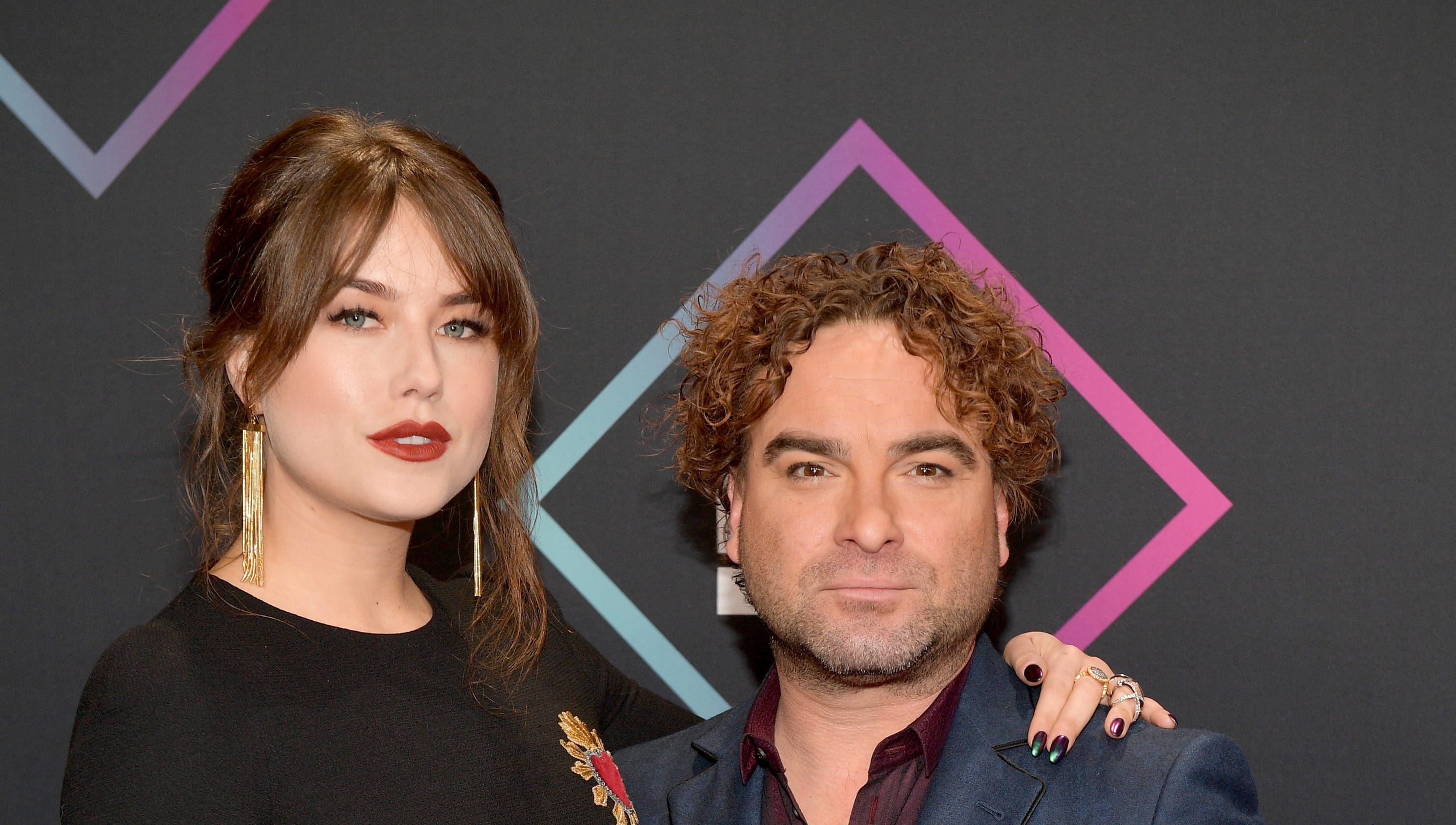 4297a172e  Big Bang  star Johnny Galecki walks the People s Choice red carpet with  21-year-old girlfriend