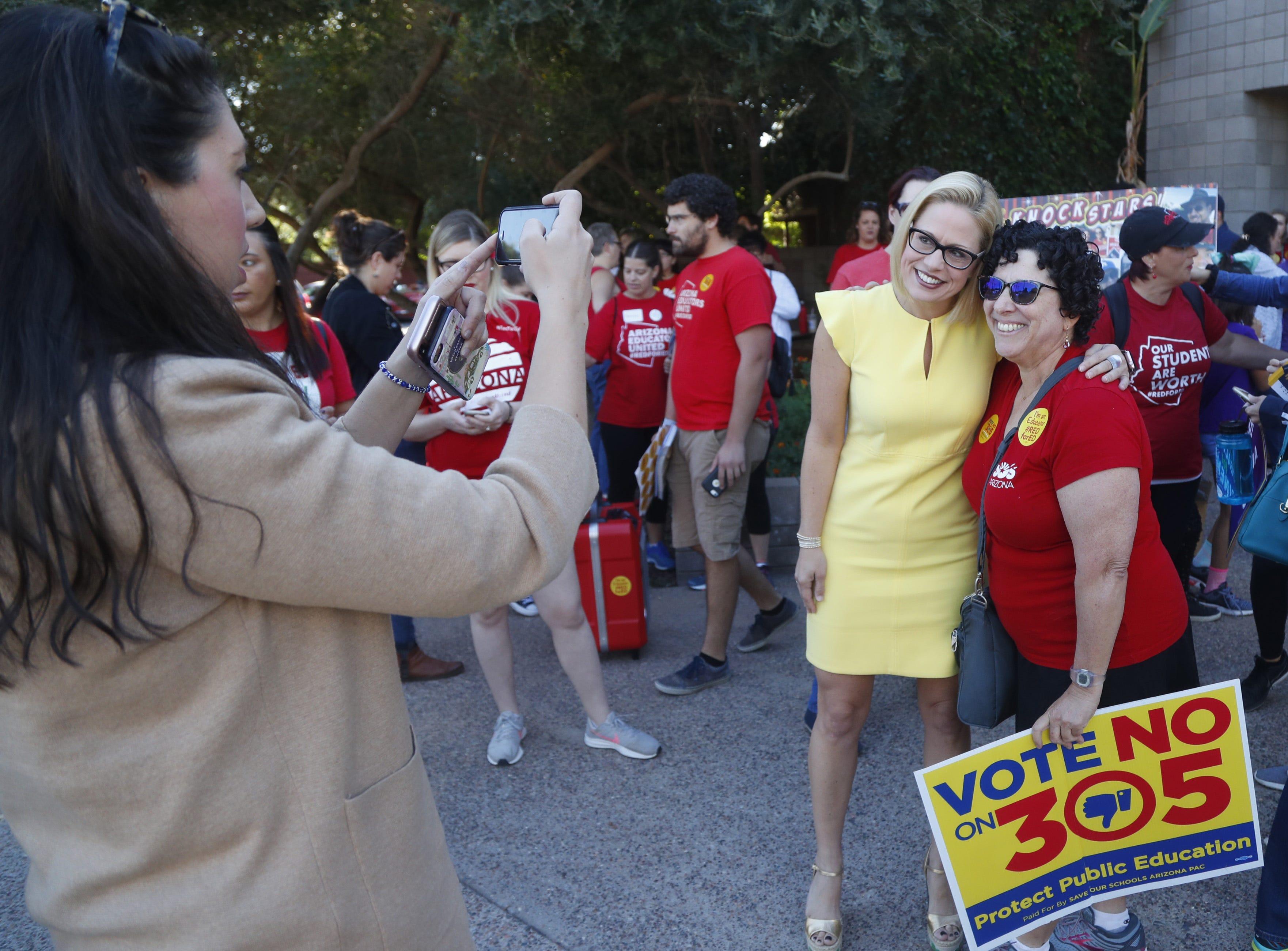 Kyrsten Sinema será la primera mujer en la historia del estado de 106 años en llegar al Senado de los Estados Unidos.