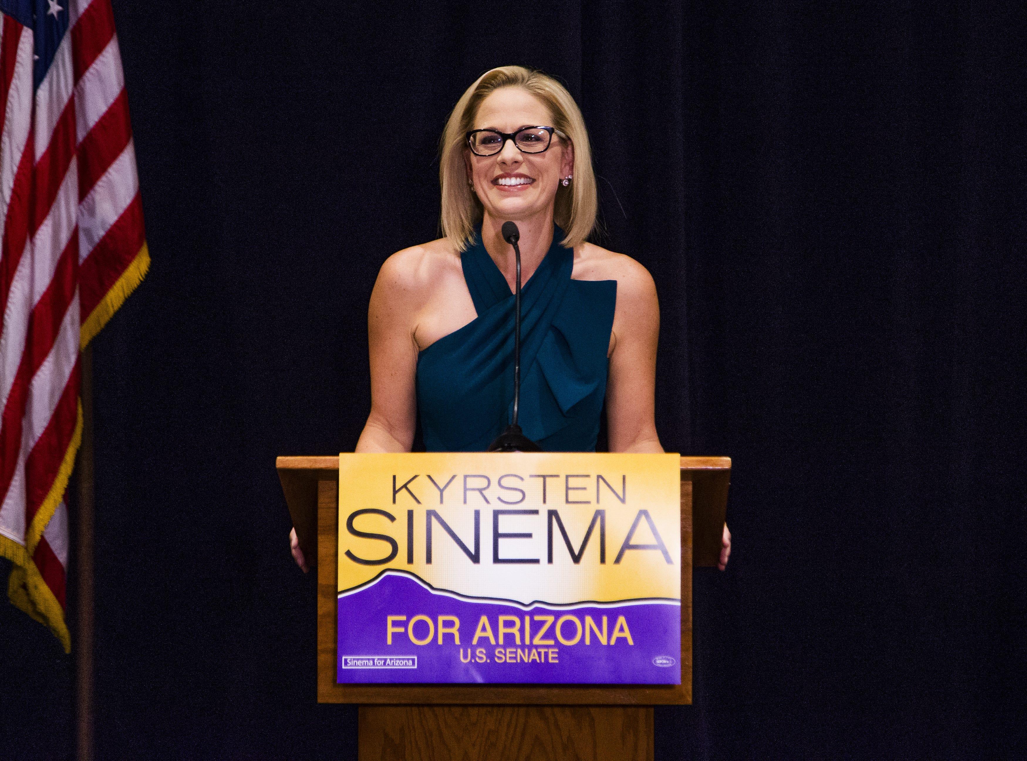 De manera dramática, venció a la representante republicana Martha McSally en la contienda por reemplazar al senador republicano Jeff Flake.