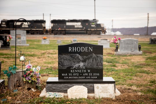 Kenneth Rhoden was buried at Mound Cemetery in Piketon.