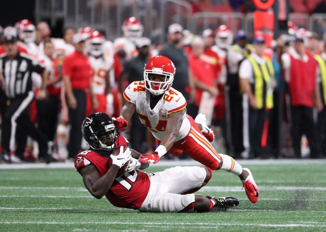 Atlanta Falcons wide receiver Calvin Ridley (18) makes a catch against Kansas City Chiefs defensive back David Amerson (24) in the first quarter at Mercedes-Benz Stadium.