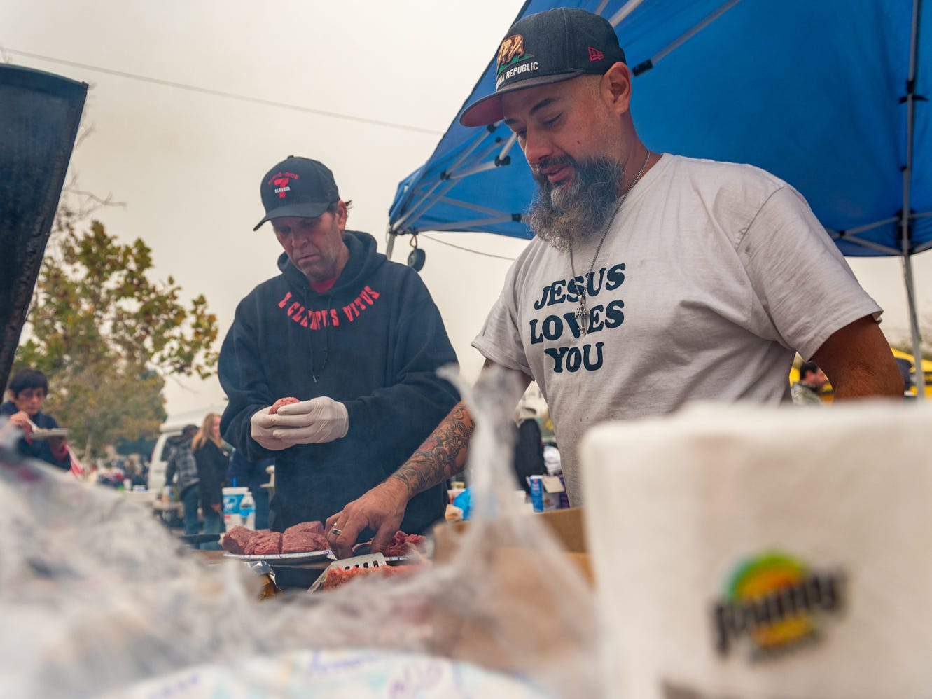 Volunteers Paul Aggers and Izzy Taylor distribute free food to neighbors in need in Chico, Calif. on Nov. 13, 2018.