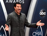 Lionel Richie stops on the CMA Awards red carpet to talk to the Tennessean's Cindy Watts and Dave Paulson.