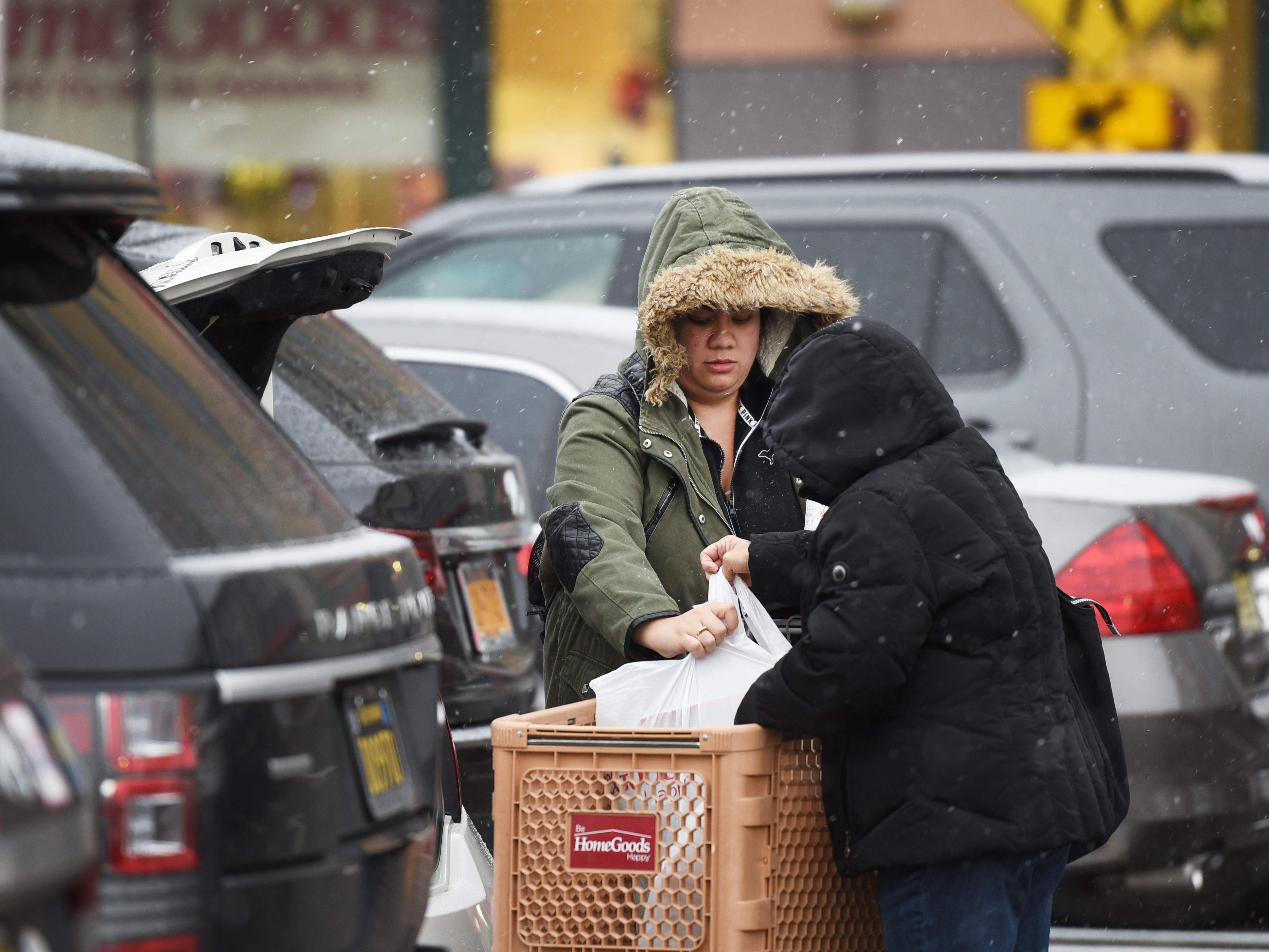 November 15, 2018, Paramus, NJ, USAShoppers load their items into their car as the snow begins to fall at Bergen Town Center.