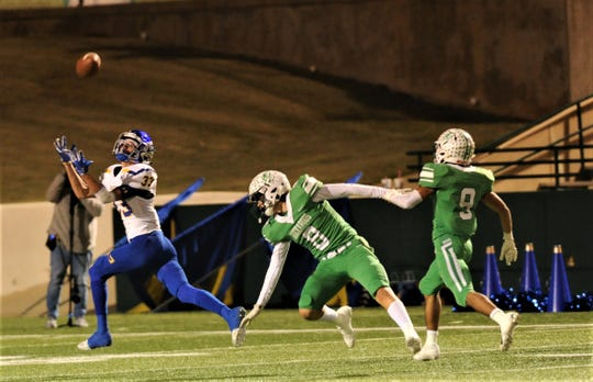 Brock's Tommy Merrill, left, hauls in a 65-yard touchdown pass from Bailey Sykes as Breckenridge's Jonas Arrellano (8) and Angel Ruiz defend. The TD gave the Eagles a 20-6 lead 3 seconds before halftime.
