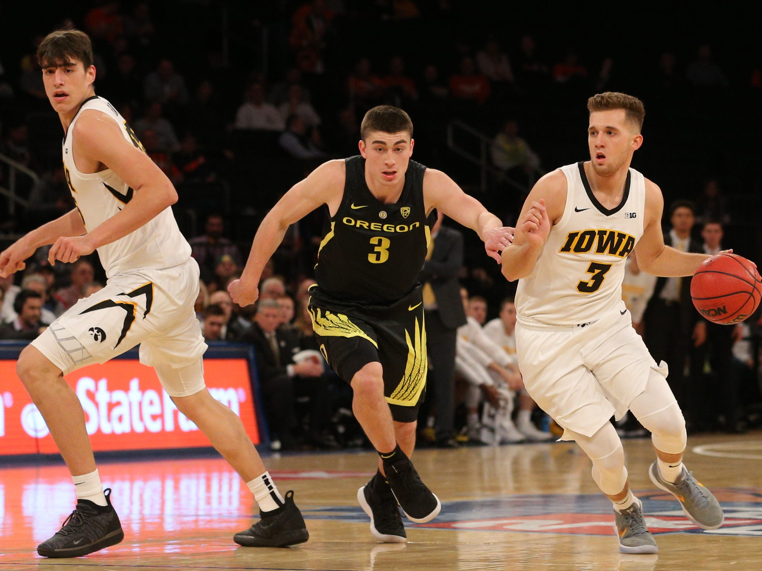 Nov 15, 2018; New York, NY, USA; Iowa Hawkeyes guard Jordan Bohannon (3) controls the ball against Oregon Ducks guard Payton Pritchard (3) during the first half at Madison Square Garden.