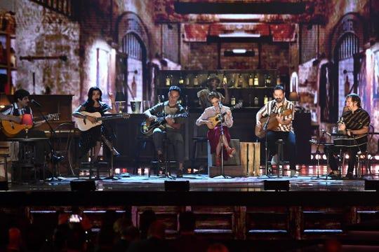 (De iz. a der.) David Aguilar, Mon Laferte, Jorge Drexler y Natalia Lafourcade durante un número musical en la edición 19 de los Latin Grammy en el MGM Grand Garden de Las Vegas, Nevada.