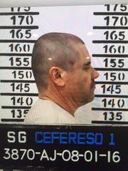 Foto de Joaquín 'Chapo' Guzmán siendo fichado en el Cereso en México.