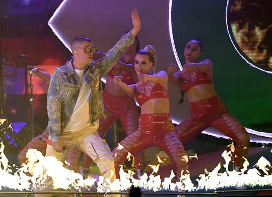 El reggaetonero Bad Bunny lució en el escenario.