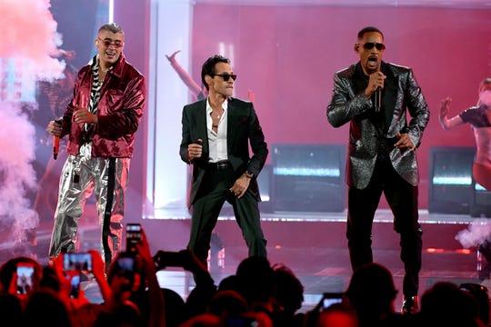 (De izq. a der.) Bad Bunny, Marc Anthony y Will Smith abrieron la noche sobre el escenario.