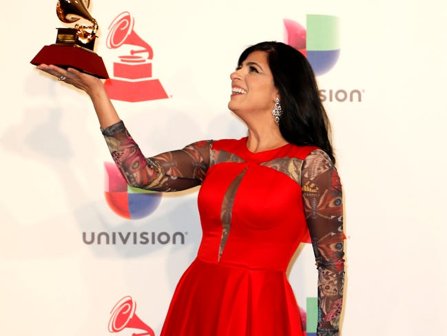 Fernanda Brum with her award for Best Christian Album (Portuguese Language.)