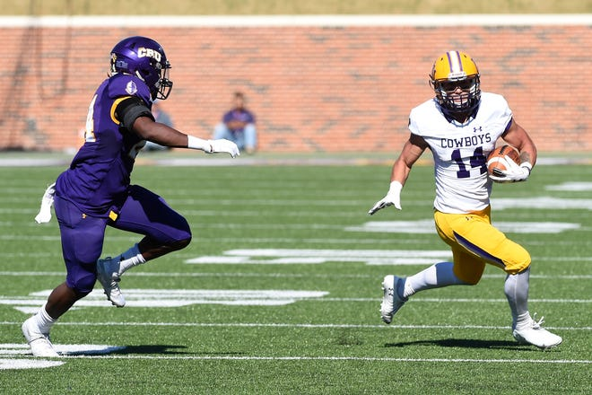 Hardin-Simmons running back Bryson Hammonds (14) carries the ball in the first round of the NCAA Division III playoffs against Mary Hardin-Baylor at Crusader Stadium in Belton on Saturday, Nov. 17, 2018.