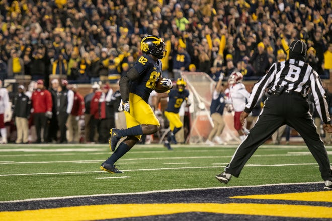 Michigan tight end Nick Eubanks runs into the end zone for a touchdown in the second quarter.