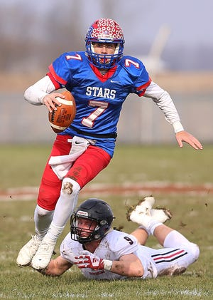 Western Boone Star Spencer Wright (7) escapes a tackle from Southridge Raider Logan Seger (9) to run the ball in for a touchdown in the first half of the IHSAA Class 2A semi-state final game at Western Boone High School in Thorntown, Ind., Saturday, Nov. 17, 2018. Western Boone defeated Southridge 48-7.