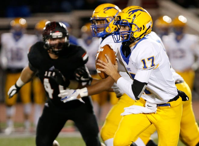 FILE – Carmel quarterback Gabe Quigley opened the scoring Friday night in the Greyhounds win against Valparaiso.