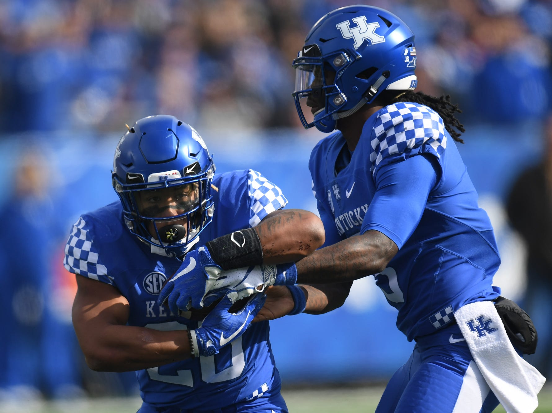 UK RB Benny Snell Jr. receives a handoff from QB Terry Wilson during the University of Kentucky football game against Middle Tennessee at Kroger Field in Lexington, Kentucky on Saturday, November 17, 2018.