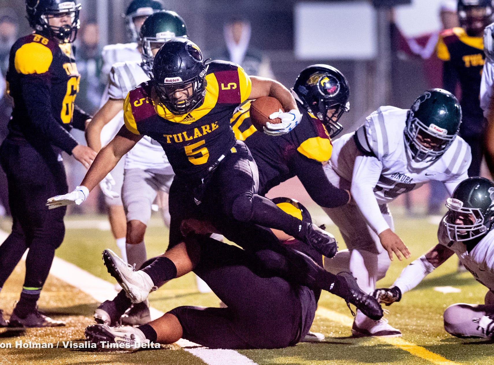 Tulare Union's David Bailey scores against Dinuba in a Central Section Division II semifinal high school football playoff on Friday, November 16, 2018.