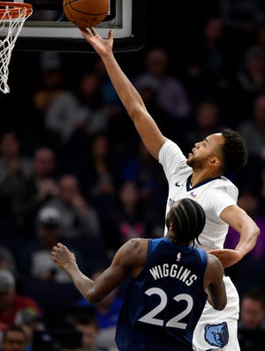 The Grizzlies' Kyle Anderson puts up a layup over the Timberwolves' Andrew Wiggins (22) during the first quarter Sunday.