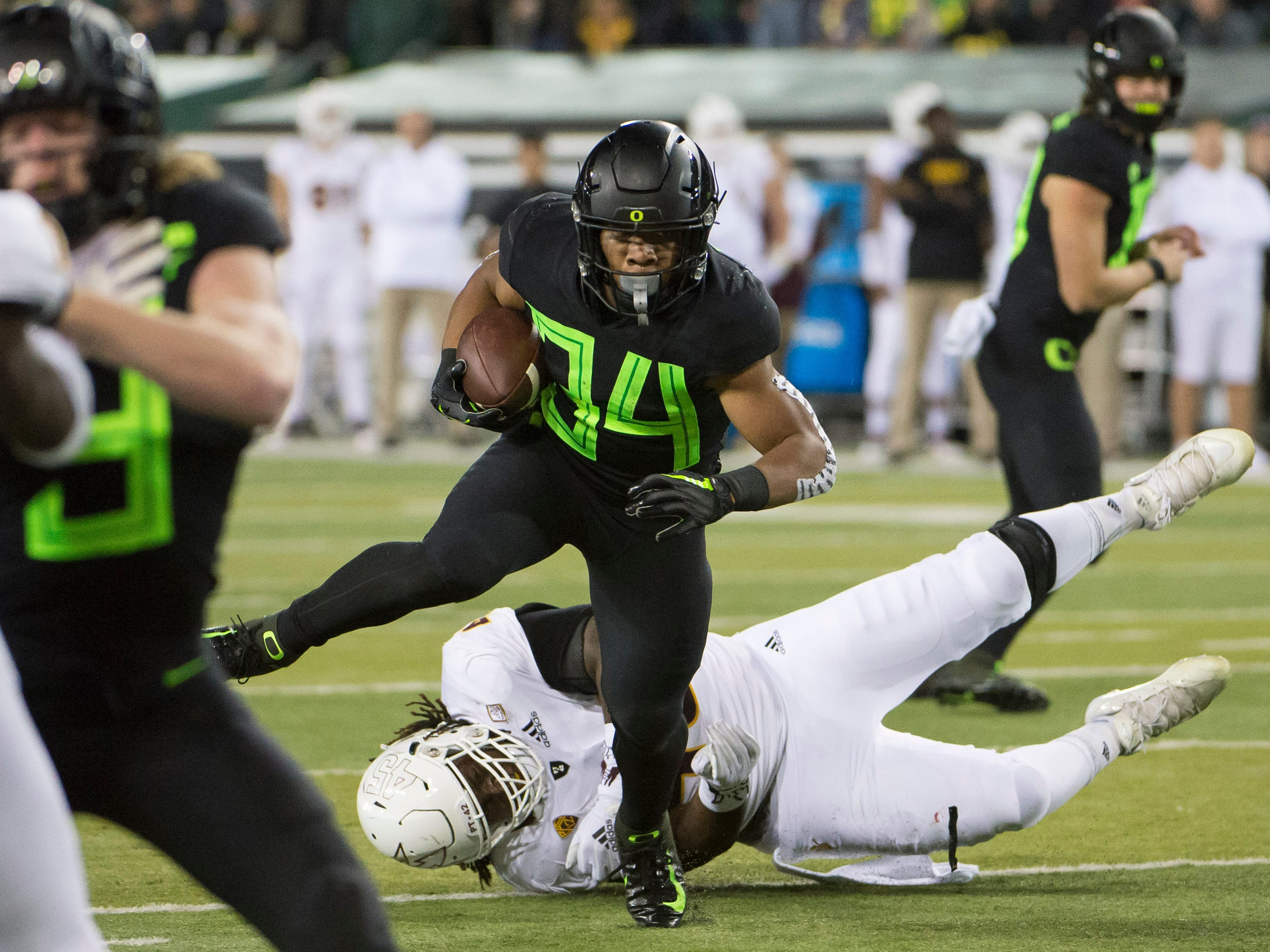 Nov 17, 2018; Eugene, OR, USA; Oregon Ducks running back CJ Verdell (34) breaks away from Arizona State Sun Devils defensive lineman George Lea (45) for a touchdown during the first half at Autzen Stadium. Mandatory Credit: Troy Wayrynen-USA TODAY Sports