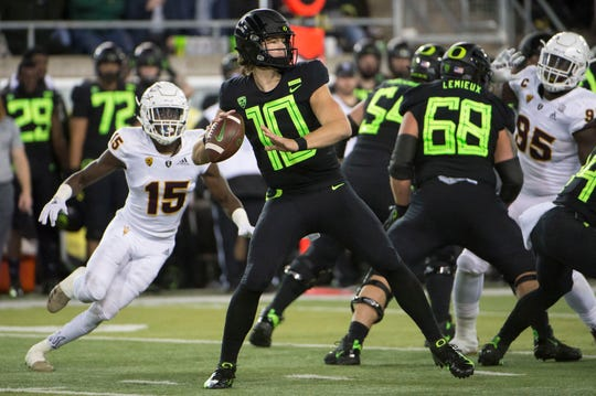 Oregon Ducks quarterback Justin Herbert throws a touchdown pass during the first half against Arizona State on Nov. 17, 2018 in Eugene, Ore.