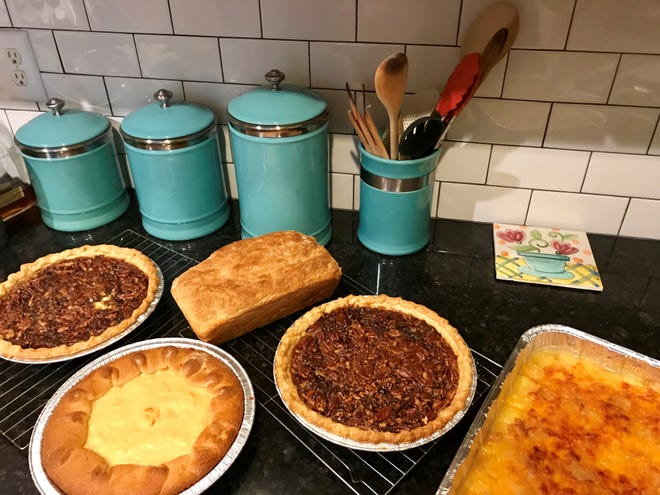 Last year, I baked some of my favorite dishes for Thanksgiving with friends: two pecan pies, torte ala bouille, oatmeal bread and pineapple casserole.