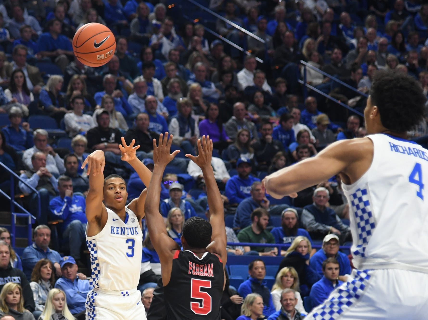 UK G Keldon Johnson passes to F Nick Richards during the University of Kentucky mens basketball game against VMI at Rupp Arena in Lexington, Kentucky on Sunday, November 18, 2018.