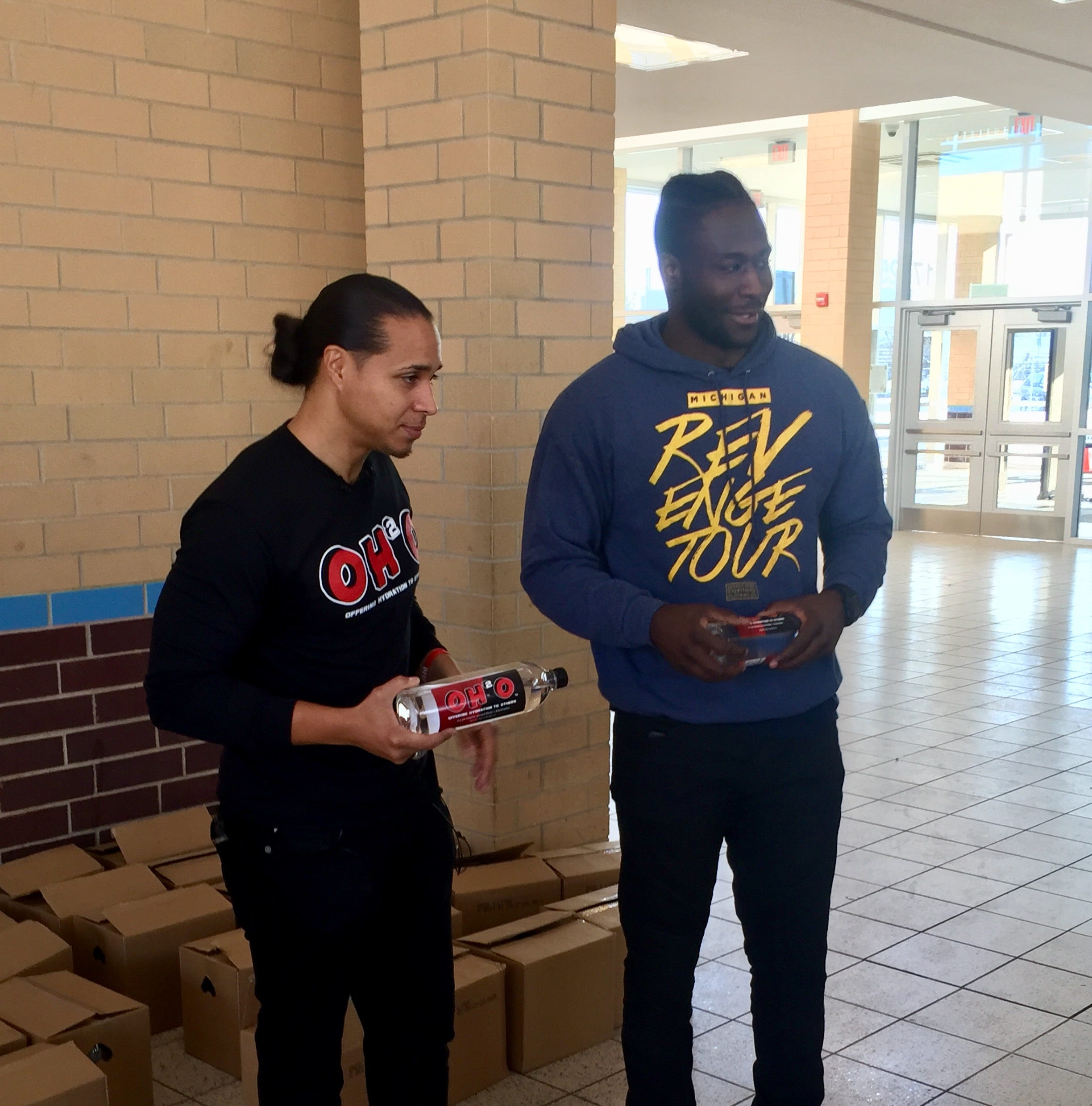 Former Michigan, Ohio State players unite to hydrate Mumford students