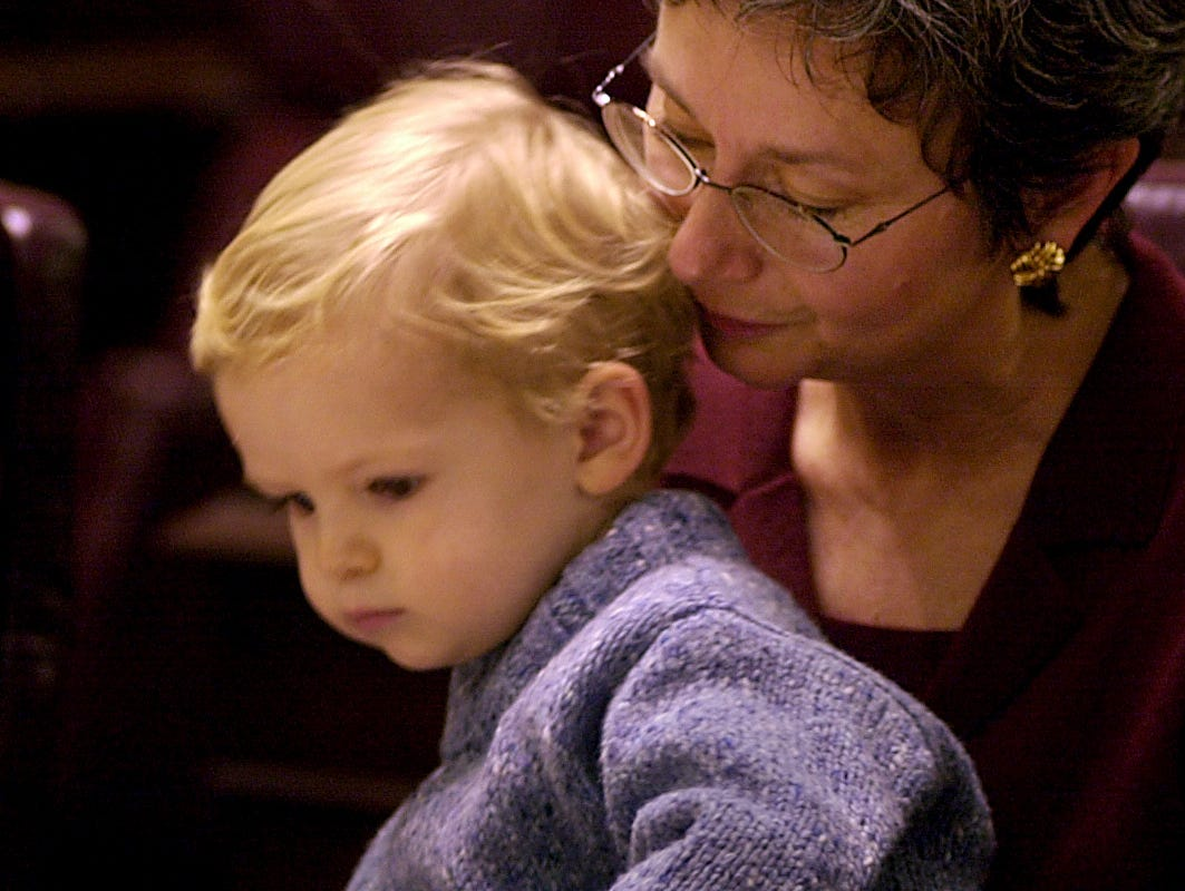 GENERAL INFORMATION: LEGIS22  11/21/00 Staff Photo / Nikki Kahn (w/Kevin Corcoran story) File#54016IN THIS PHOTO: Sen. Vi Simpson D-Bloomington shares the spotlight with her grandson Evan Simmonds 2 during organization day for the Indiana General Assembly.
